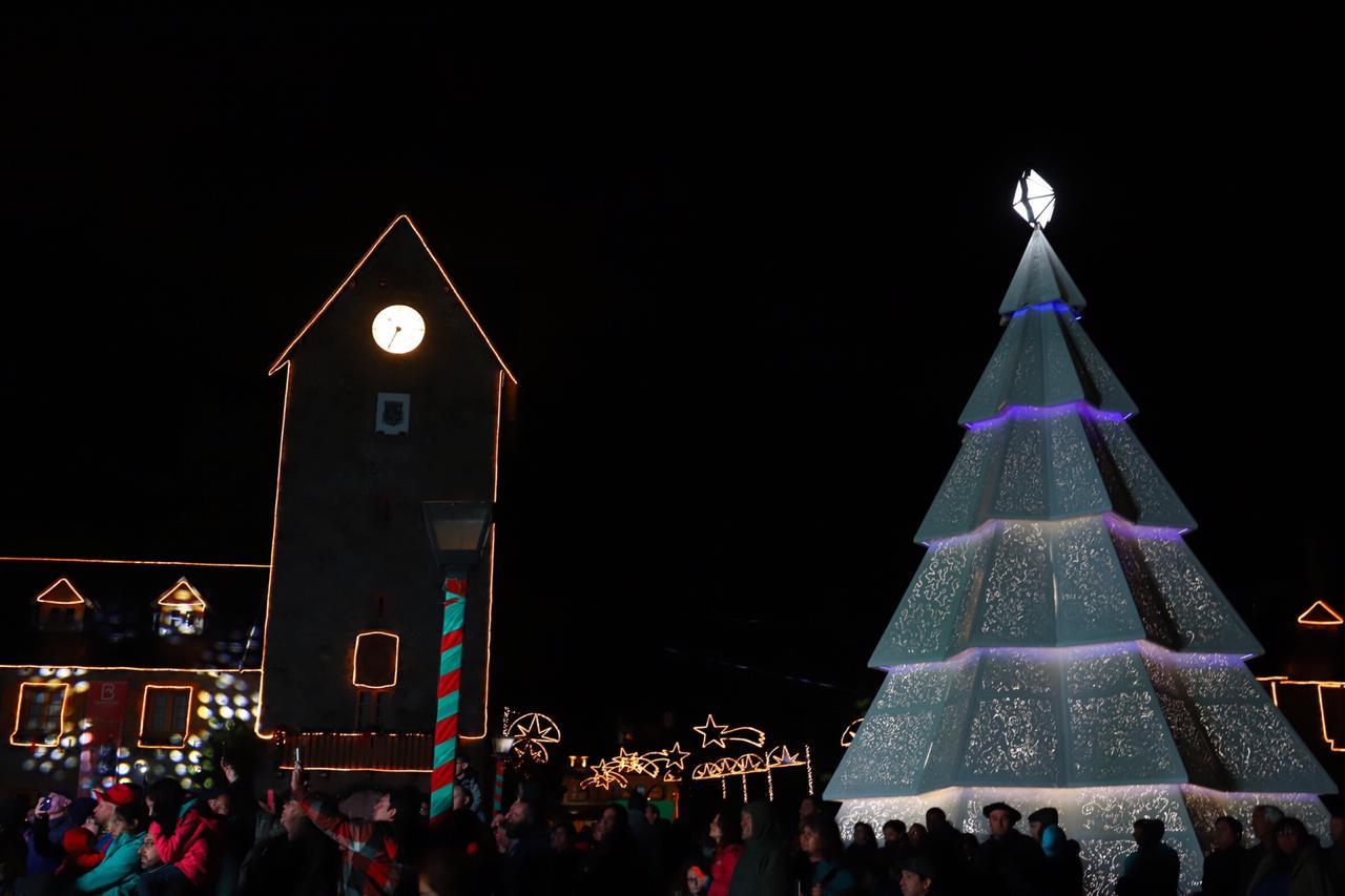 Con el encendido del árbol gigante comenzó la Navidad en Bariloche